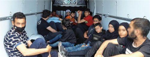 Bei der Kontrolle des Laderaums entdeckten die Beamten insgesamt 16 Personen, die zusammengepfercht und ungesichert auf der Ladefläche saßen. Foto Bundespolizei