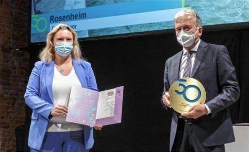 Beim Festakt: Bauministerin Kerstin Schreyer überreicht Rosenheims ehemaligen Baudezernent Helmut Cybulska die Auszeichnung.Foto Bayerisches Staatsministerium für Wohnen, Bau und Verkehr