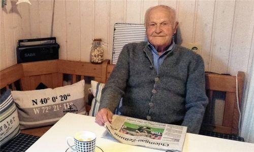 Breitbrunns Ehrenbürger Franz Obermair bei seinem täglichen Ritual, dem ausführlichen Lesen der Chiemgau-Zeitung. Seinen 90. Geburtstag feierte er im Kreise seiner Familie.Foto  Wastl