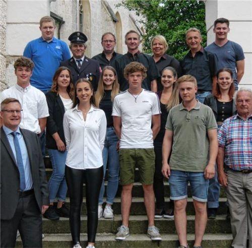 Bürgermeister Martin Lackner (vorne links) beglückwünscht Bürger der Gemeinde Engelsberg für ihr ehrenamtliches Engagement.Foto Gillitz