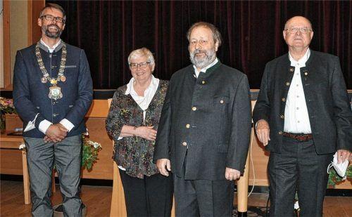 Bürgermeister Stefan Kattari zeichnete Uta und Dr. Hans Jürgen Grabmüller sowie seinen Vater Stefan Kattari senior (von links) mit der Bürgermedaille aus. Foto Eder