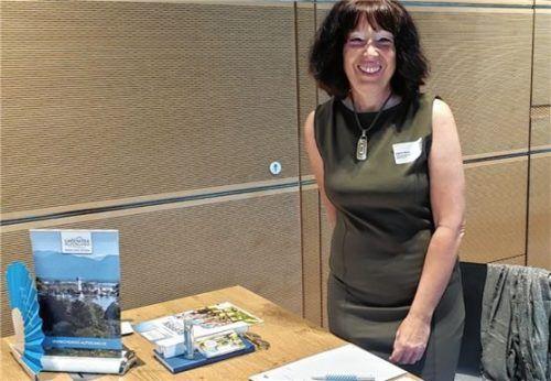 Dagmar Mayer vom Chiemsee-Alpenland Tourismus stellt beim DriveBay Workshop in München das neue Angebot vor. Foto re