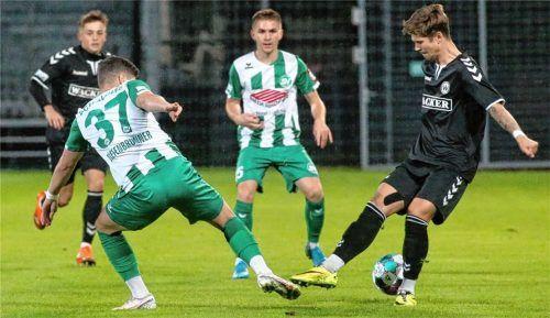 Das Derby zwischen dem SV Wacker Burghausen (rechts Nico Helmbrecht) und dem SV Schalding-Heining mit Maxi Tiefenbrunner steigt gleich am Freitag um 19 Uhr in der Wacker-Arena.Foto Michael Buchholz