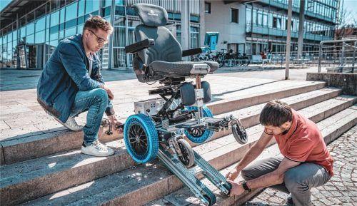 Das Projekt LIAM ist ein Beispiel für gesellschaftsrelevante Forschung an der TH. Ein interdisziplinäres Team (im Bild die Mitglieder Peter Maurer, links, und Markus Pauli) tüftelt am E-Rollstuhl der Zukunft.Foto  Lisa Lanzinger