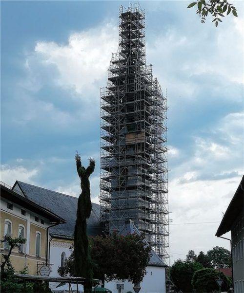 Der Turm der Frasdorfer Pfarrkirche Sankt Margaretha ist vollkommen eingerüstet. Turm und Turmspitze werden generalüberholt und von Grund auf saniert.Foto Rehberg