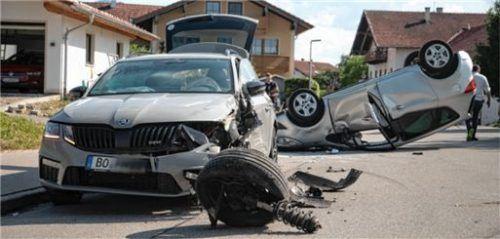 Die beiden Fahrzeuge sind nach dem Zusammenstoß völlig demoliert. Foto Lamminger