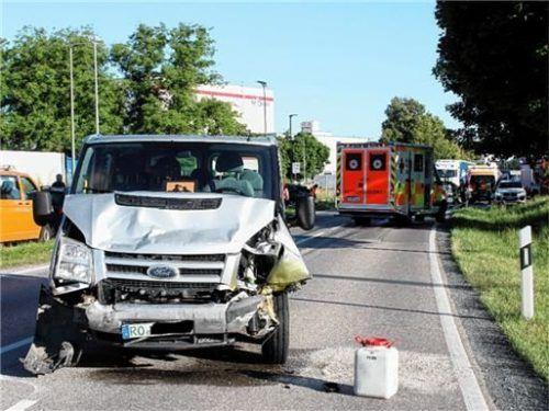 Die Front des kleinen Schulbusses war nach dem Zusammenstoß völlig zerstört. Foto Barth