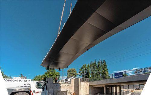Die Fußgängerbrücke oberhalb der Tonwerkunterführung wurde gestern eingepasst. Foto Thomae