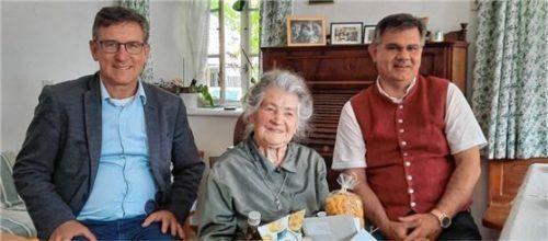 Die Jubilarin Katharina Stuffer mit den beiden Gratulanten Bürgermeister Georg Huber (links) und Diakon Günter Schmitzberger.Foto re