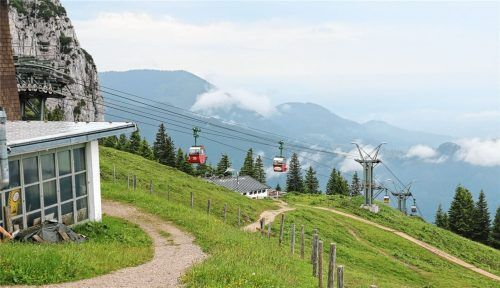 Die Kampenwandseilbahn soll ausgebaut werden (hier ein Blick auf die Bergstation). Jetzt wurde eine Online-Petition gegen das Vorhaben auf den Weg gebracht. Foto Rehberg