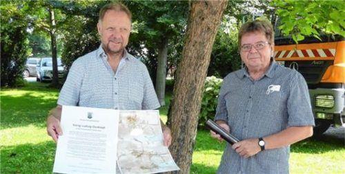 Die Kopie des alten gefundenen Dokumentes sowie ein neues mit einem historischen Abriss wurden unter der Statue verstaut: Christian Poitsch vom Stadtmarketing (links) und Kunsthistoriker Maximilian Haimler.