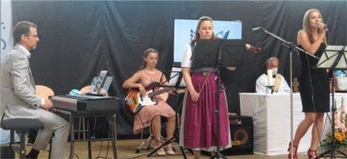 Die Musik lieferten Markus Jung (Klavier), Katja Niederreiter (Bass), Anna Sax (Violine) und Franziska Hiebl (Gesang, von links) beim Gottesdienst zusammen mit Diakon Scharnagl (hinten).