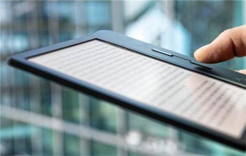 Die Online-Ausleihe von E-Books gehört noch nicht zum Angebot der Bibliothek Wasserburg. Eine Einrichtung soll aber geprüft werden. Foto DPA/Robert Günther