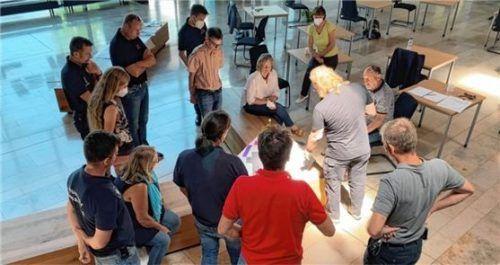 Die Projektgruppe Feuerwehrhaus besteht aus Stadträten, Mitgliedern der Feuerwehr und Vertretern der Verwaltung. Nun gehen die Workshops für die Planungen weiter. Unser Bild entstand in der Aula der Mittelschule.Foto Schmid
