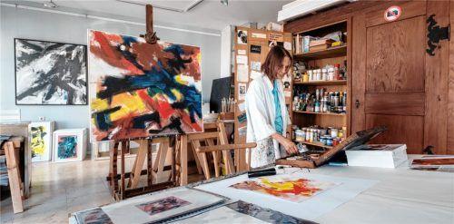 Dynamische Bildsprache: Sylvia Roubaud in ihrem Atelier in Prien. Foto Kimmel