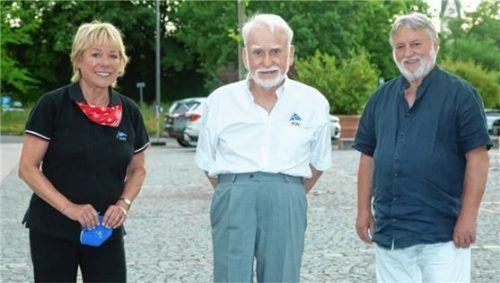 Ehrenpräsident Lothar Demps (Mitte) umrahmt von Martina Blank und Ehrenmitglied Alfred Schelhas.
