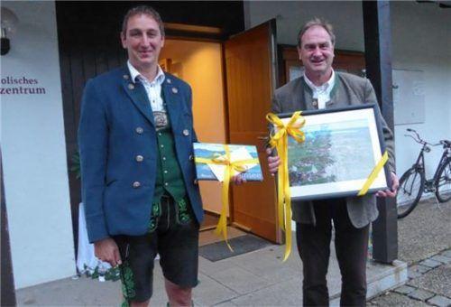 Ein Bild von Übersee und ein Buch vom Chiemsee erhielt Dekan Georg Lindl (rechts) von Bürgermeister Herbert Strauch zum Abschied. Foto vom Dorp