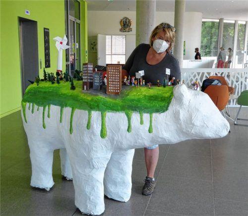"""Ein Eisbär prägt die Ausstellung """"Junge Kunst"""", die jetzt im Kolbermoorer Rathaus zu sehen ist. Foto Riediger"""