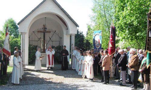 Ein Jahr vor seinem Weggang entstand dieses Bild 2007 bei einem Fest der Marianischen Männerkongregation: Pfarrer H. vor der Kapelle auf dem Engelsberger Friedhof. Foto  Gillitz