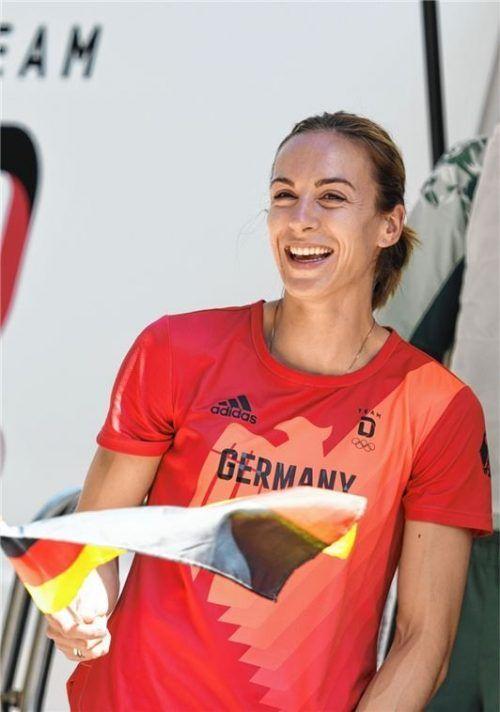 Eine gut gelaunte Alexandra Burghardt präsentiert ein Shirt der deutschen Olympia-Mannschaft bei der offiziellen Team-Einkleidung.Foto Angelika Warmuth/DPA