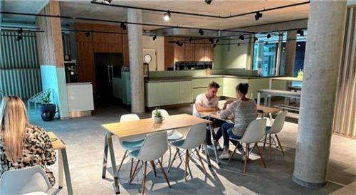 Eine Küche samt vielen Sitzplätzen ist für die Mitarbeiter im Erdgeschoss.