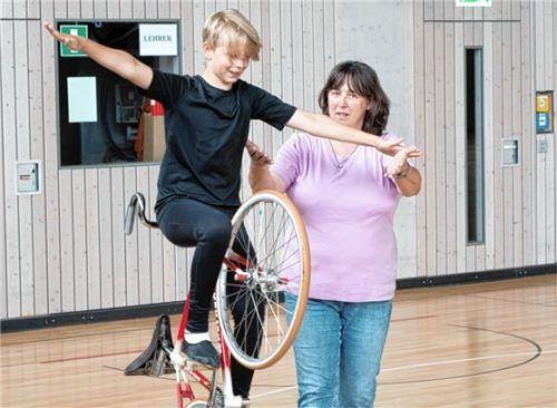 Einer-Kunstradsportler Martin Humpel mit seiner Trainerin und Mutter. Er freut sich sichtlich, dass das Kunstradsporttraining nun wieder möglich ist.Fotos  Dandl
