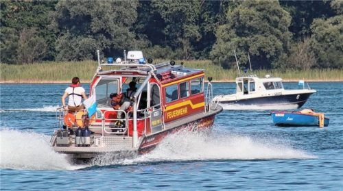 Einsatzkräfte der Feuerwehr sowie der Wasserschutzpolizei suchen rund um die Unglücksstelle nach dem Vermissten. Foto Lamminger