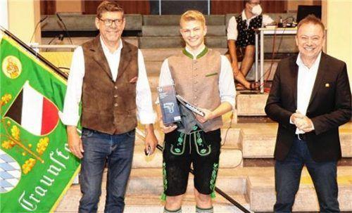 """Er ist Innungssieger der Schreinerinnung Traunstein: Simon Fenninger (Mitte) wird von Obermeister Andreas Weinzierl (rechts) und Martin Huber vom Ausbildungsbetrieb """"derschreinerhuber"""" in Taching beglückwünscht. Foto Wittenzellner"""
