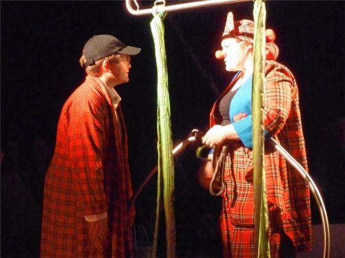 Fantasievolle Clown-Nummer mit Vincent Bertram (links) und Mindi Frank.Foto  Janeczka
