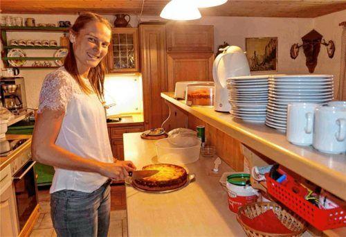 Feichteck-Sennerin Anita Wimmer beim Herrichten ihrer selbst gebackenen Kuchen. Foto Hötzelsperger
