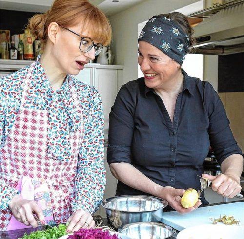 Freude am Kochen haben Beke Maisch und Uschi Horner (rechts). Nun produzieren sie einen Podcast.Foto Raider