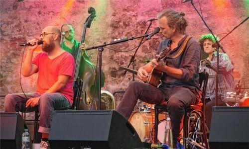 Frontmann Sebastian Horn, der ursprünglich als Sänger und Bassist von Bananafishbones bekannt wurde (links), und Gerd Baumann an akustischer Gitarre und Banjo. Foto Olliges