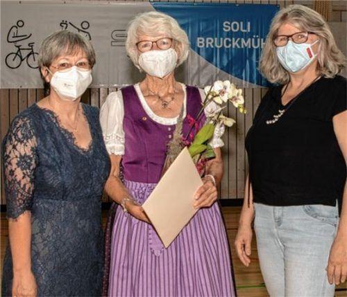 Für 70 Jahre Vereinsmitgliedschaft in der Solidarität Bruckmühl wurde die 82-jährige Irene Thiergart (Mitte) jetzt von der Vereinsvorsitzenden Doris Niedermeier (links) und der Zweiten Vorsitzenden Rosalia Pfliegl (rechts) geehrt. Foto Dandl