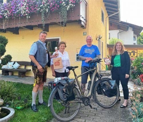 Für ein herzliches Willkommen von Oliver Trelenberg (Zweiter von rechts) in Bad Feilnbach sorgten Dritter Bürgermeister Andreas Henfling, Gastgeberin Angelika Zehetmair und Cornelia Weber, Leiterin für den Bereich Kur und Tourismus (von links), am Dienstagabend. Die Gemeinde unterstützt Olis Benefiz-Tour mit freier Kost und Logis. Foto  Gerlach