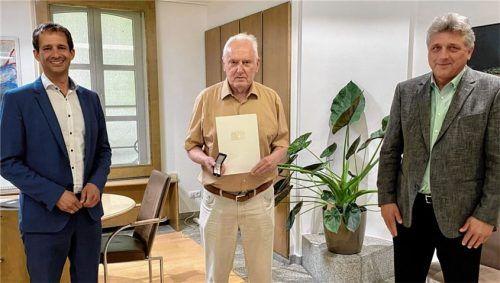 Für seine ehrenamtliche Unterstützung, vor allem beim MTV Rosenheim, erhielt Siegfried Martens (Mitte) das Ehrenzeichen durch (von links) Oberbürgermeister Andreas März sowie den Bürgermeister von Großkarolinenfeld, Bernd Fessler.Foto Stadt Rosenheim