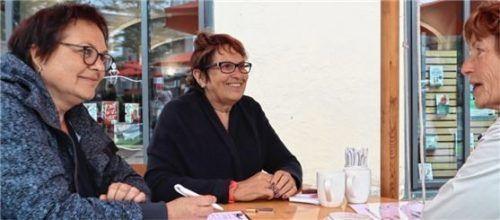 Gabi Wiesner (sie ist unter anderem für die Betreuung der Ehrenamtlichen zuständig) und Irmgard Oppenrieder (langjährige Mitarbeiterin und jetzt als Rentnerin als Ehrenamtliche dabei) eröffneten Wege zum Ehrenamt (von links).Foto Seeberg
