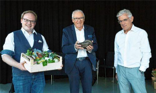 Geschenke zum Abschied gab es für Dr. Fritz von Daumiller (Mitte) vom Priener Bürgermeister Andreas Friedrich (links) und Georg Klampfleuthner.