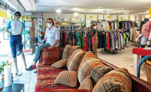 Glücklicherweise ist die Ladenfläche des Kolbermoorer BRK-Ladens an der Rosenheimer Straße groß, sagt Claudia Rieger, sodass dort sogar Möbel angeboten werden können. Foto Thomae