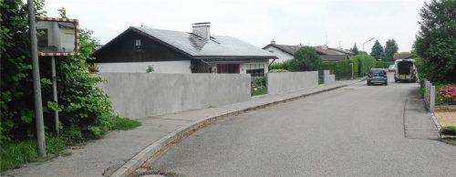 Grenze durch die Goethestraße: Während in einem Teil der Straße Mauern höher als ein Meter gebaut werden dürfen, ist im anderen Teil bei einem Meter Schluss. Daran ändert auch ein Antrag eines Anwohners nichts.Foto Sixt-Majcen