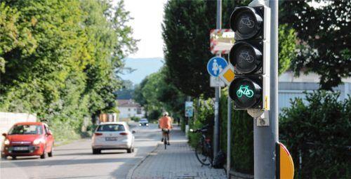 Grün, aber keine grüne Welle: An der Aisinger Straße folgen auf eine Radfahrerampel gerade mal gut zehn Meter Radweg. Auf dem folgenden Gehweg müssten die Radfahrer eigentlich Schrittgeschwindigkeit fahren. So schreibt es zumindest die Beschilderung vor. Fotos Schlecker