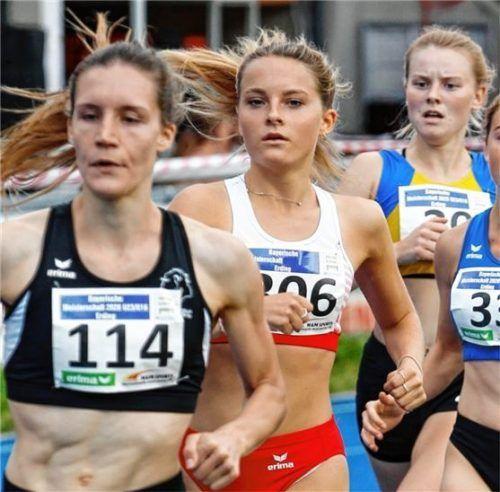 Hanna Bruckmayer (Mitte) vom TSV Mühldorf wurde bayerische Vize-Meisterin der Frauen über 1500 Meter. Foto Ludwig Stuffer