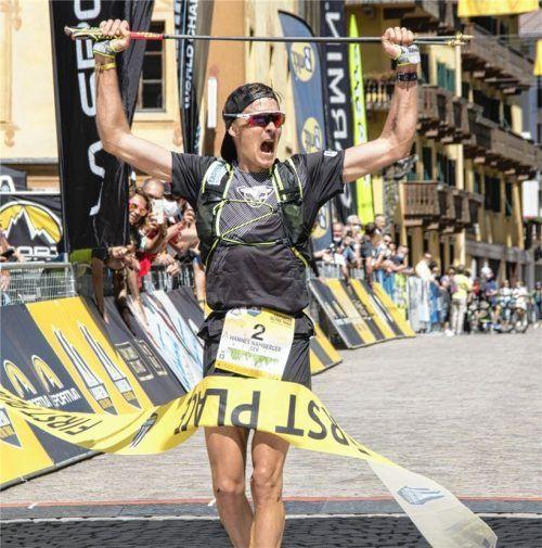 Hannes Namberger feiert den Sieg bei Überquerung der Ziellinie.Foto Lavaredo Ultra Trail