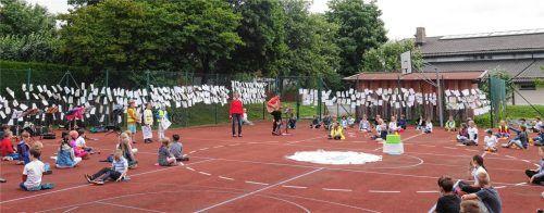Im Schulhof wurde der Erfolg gefeiert. Der Zaun des Sportplatzes wurde mit den Teilnahmezetteln, die die grünen Fußabdrücke zeigen, verziert. Foto Kirchner