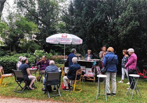 """Immer wieder ließen sich Besucher an der """"Plauder-Bar"""" im Riedergarten nieder, um sich mit anderen Besuchern auszutauschen.Foto Caritas"""
