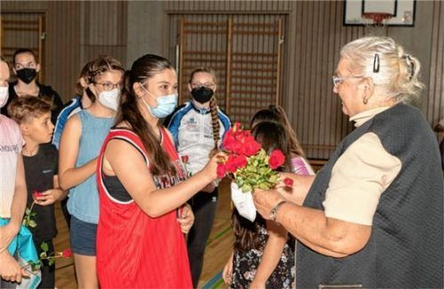 Je eine rote Rose überreichten die Sportler an die Rollsportleiterin und ehemalige Jugendleiterin Irmgard Greuling zum 70. Geburtstag. Foto Dandl