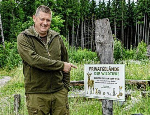 Jetzt passt der Text: Bürgermeister und Jagdpächter Manfred Reithmeier stellten im Gemeindegebiet Ramerberg fünf neue Hinweistafeln auf.