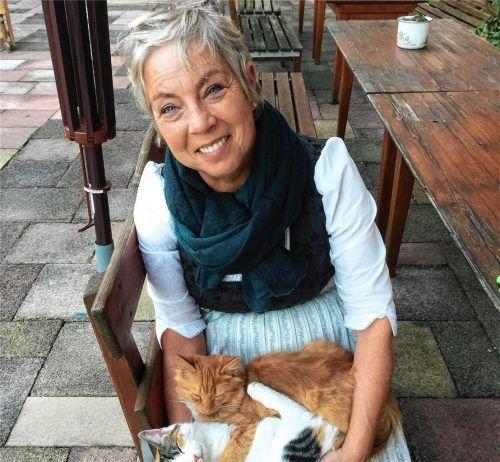 Justina Bichler aus Gstadt war mit Leib und Seele Gastgeberin und sie liebte ihre Katzen. Ihr Favorit: der rote Kater Xavi.Foto . privat
