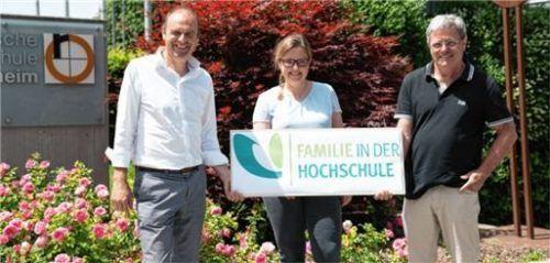 Kanzler Oliver Heller (links), Prof. Dr. Petra Bauer, Leiterin des Familienbüros der Hochschule, und TH-Präsident Prof. Heinrich Köster. Foto Julia Hinterseer