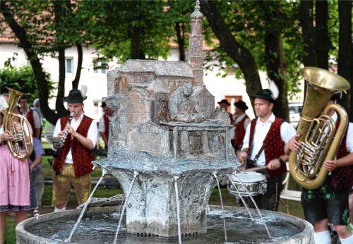 Kein Trinkwasser, aber der Hubensteiner Brunnen (Bild) hat andere Qualitäten, nämlich eine Kupferleitung, aus der Wein gezapft werden kann. Der obere Brunnen am Stadtplatz soll jetzt eine Trinkwasserleitung bekommen. Foto Enzinger