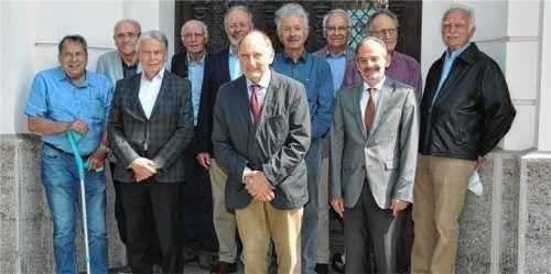 Klassentreffen: Ministerpräsident a.D. Edmund Stoiber (Vierter von rechts) gemeinsam mit seinen Schulkollegen und dem Direktor.